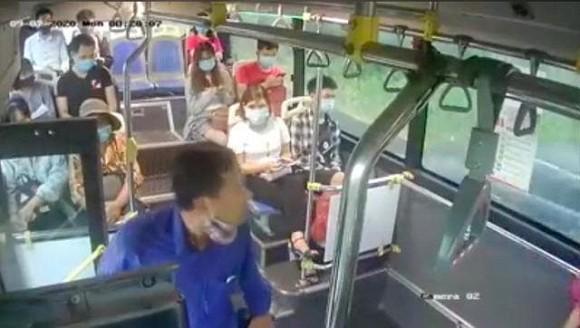 Bị nhắc đeo khẩu trang, người đàn ông 'phun mưa' vào nữ phụ xe rồi dọa đánh cả tài xế