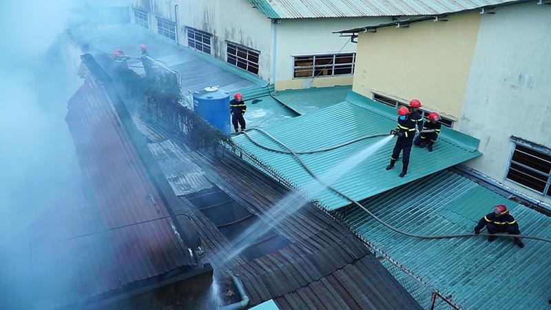 Cháy xưởng lắp ráp loa ở TP.HCM cả khu vực náo loạn