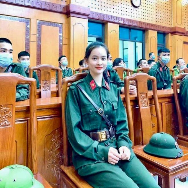 Nữ tân binh Yên Bái lên đường nhập ngũ, nhan sắc thu hút mọi ánh nhìn
