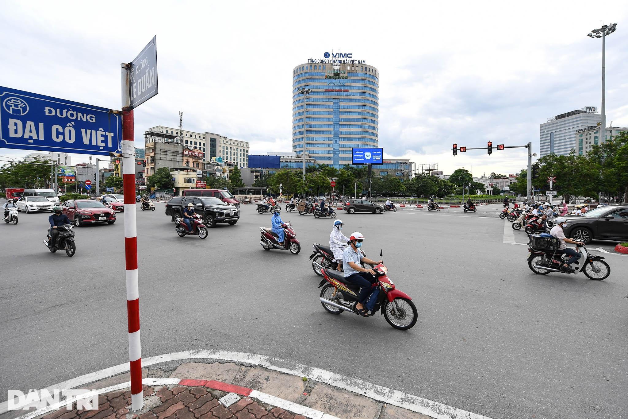 Đường phố Hà Nội bất ngờ đông đúc trở lại
